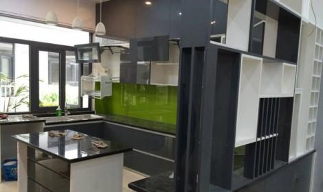 Thi công tủ bếp Acrylic biệt thự phố đông villas Quận 2