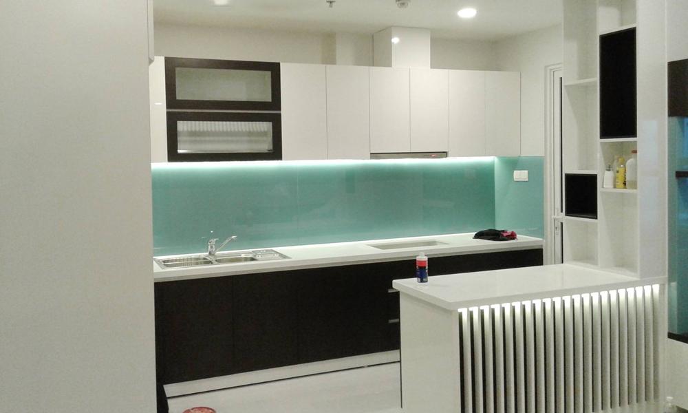 Tủ bếp Sunrise City kết hợp quầy bar chất liệu Acrylic
