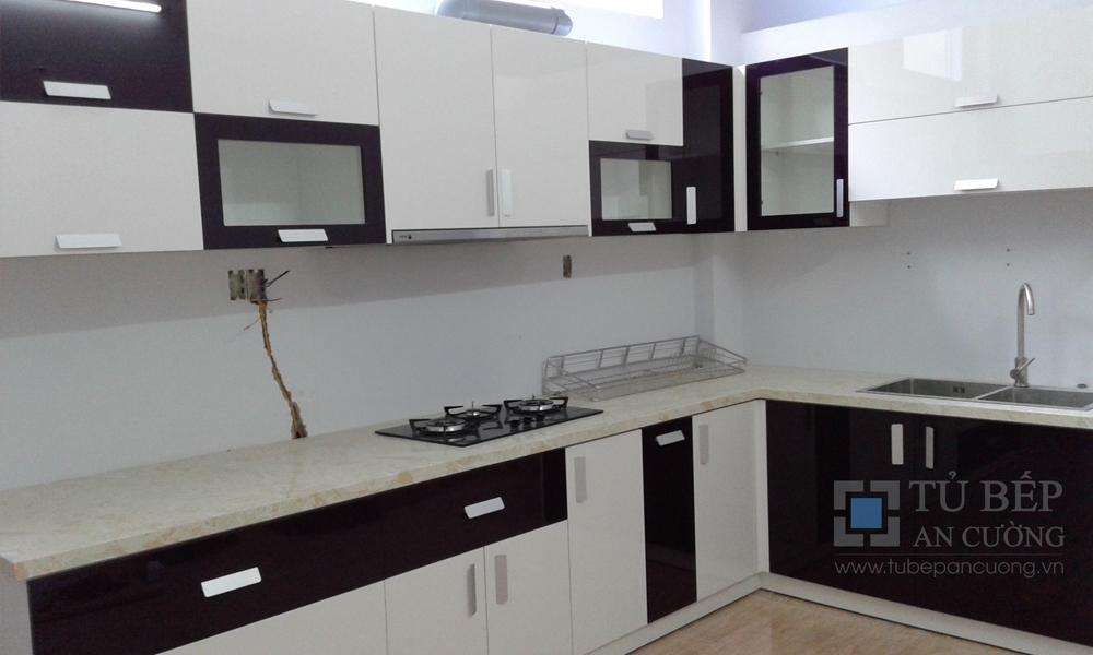 Tủ bếp chữ L chất liệu Acrylic bóng gương Phú Nhuận