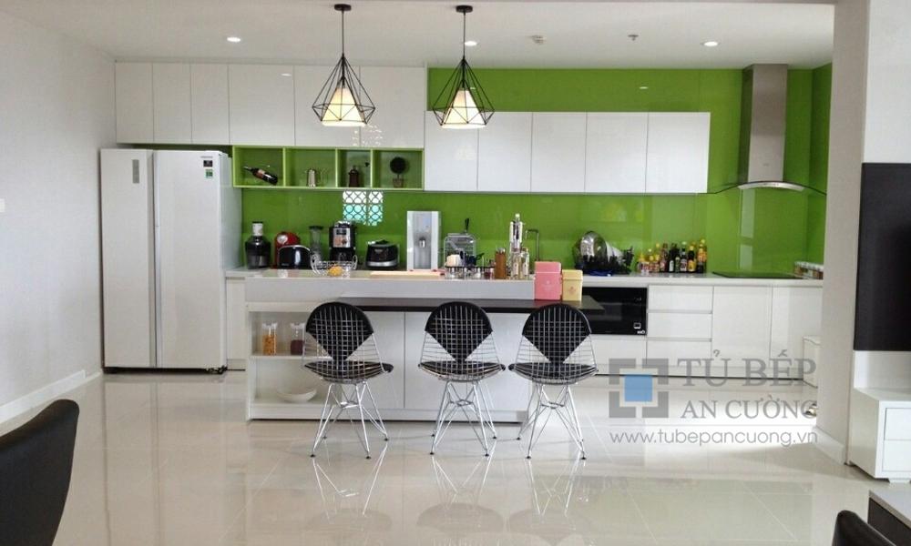 Tủ bếp Acrylic có đảo bếp căn hộ Sunrise City Quận 7