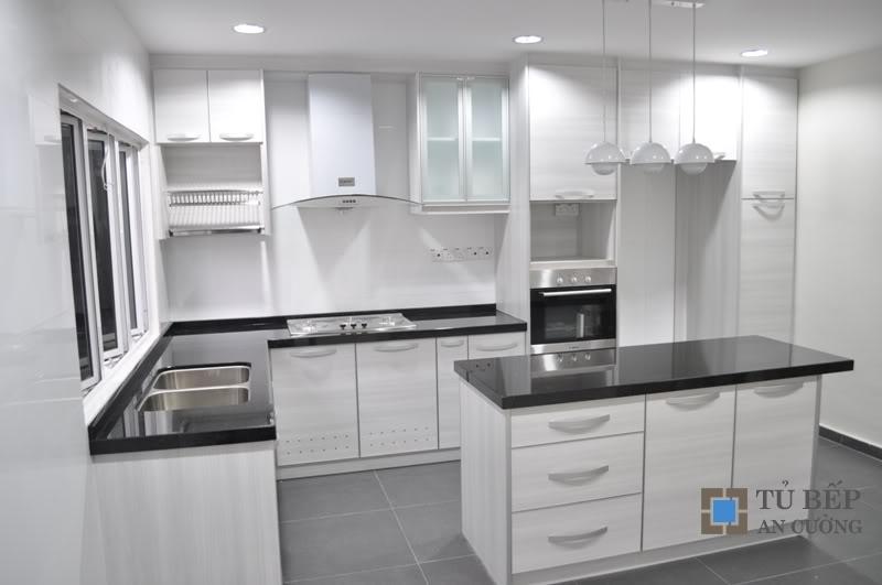 Tủ bếp gỗ công nghiệp trắng có bàn đảo Mẫu 040